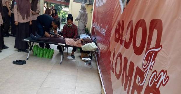 Pelajar SMA Donor Darah Untuk Disumbangkan Ke Lombok