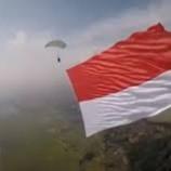 Peringati HUT RI, TNI-Polri Kibarkan 73 Bendera Merah Putih di Langit