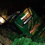 Satu Bus Truk Serta Mobil Tertimpa Longsor Waktu Melintas Di Jalan Lintas Sumatera