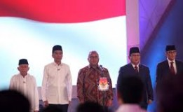 Debat Sesi Pertama , Jokowi Liat Contekan